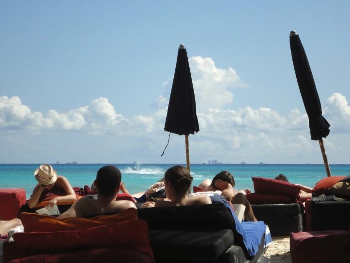 Turistas em Playa, com Cozumel ao fundo