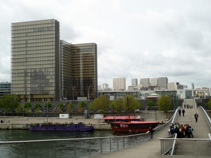 Prédios da Biblioteca François Mitterand (à esquerda) e a ponte Simone de Beauvoir
