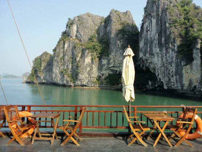 Deque do Halong Jasmine, um dos barcos de cruzeiro na Baía de Halong, no Vietnã