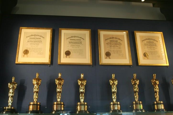 Parte da coleção de prêmios recebidos por Walt Disney