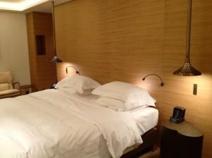 Um dos quartos do hotel