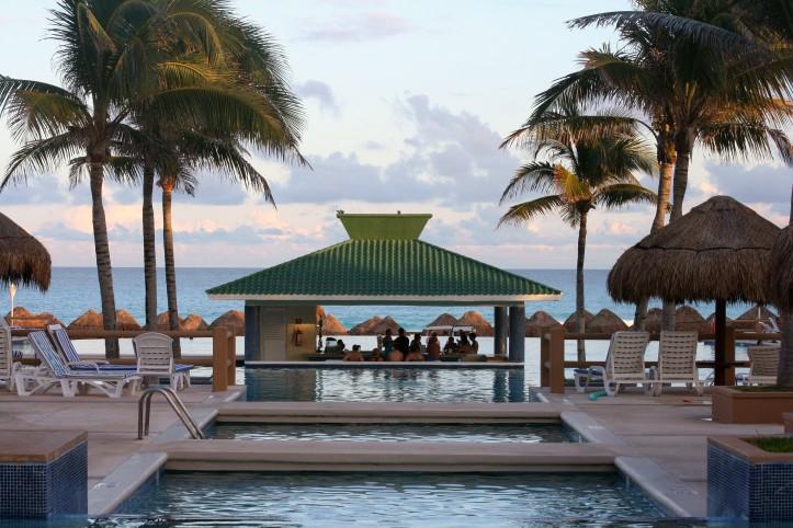 Piscinas, bar molhado e praia em um dos muitos hotéis de Cancún