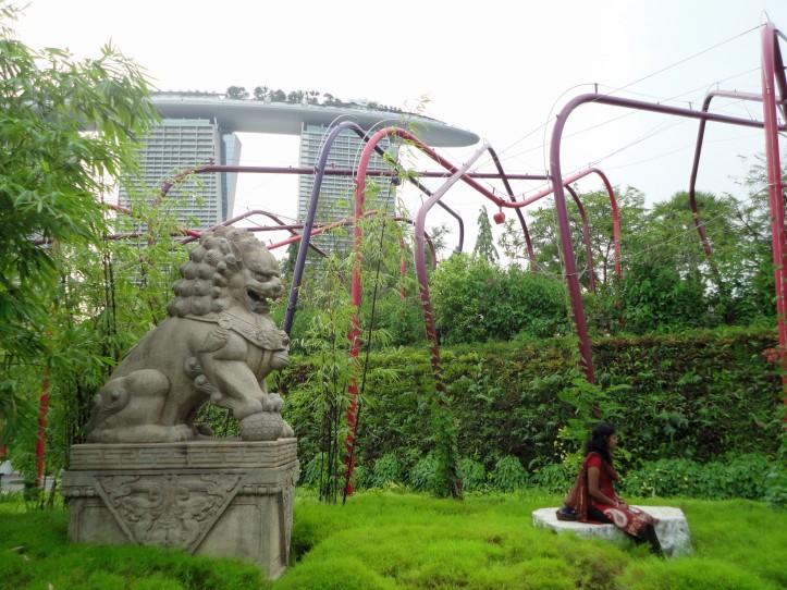 Marina Bay Sands visto de um jardim no Gardens by the Bay