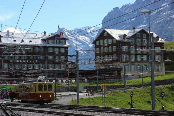 Estação de trem em vilarejo alpino