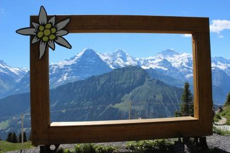 Moldura: as montanhas Eiger, Mönch e Jungfrau