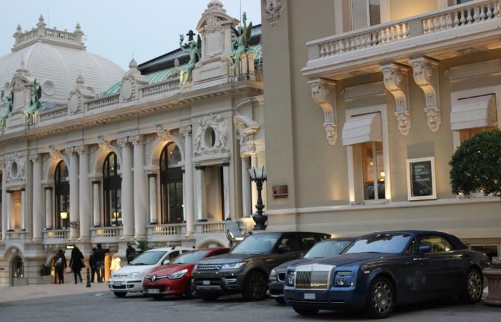 Carros de luxo na frente do Cassino