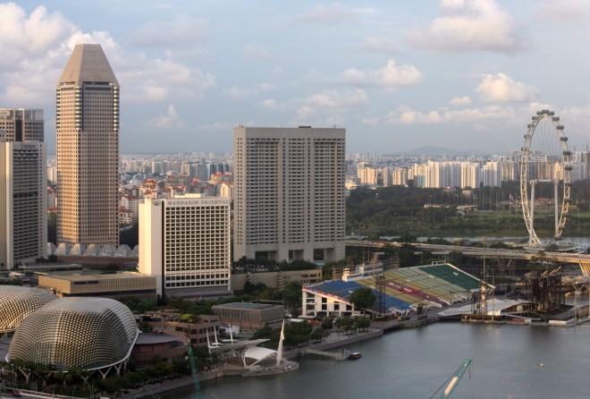 Parte das arquibancadas do GP de Fórmula-1 e a roda-gigante Singapore Flyer