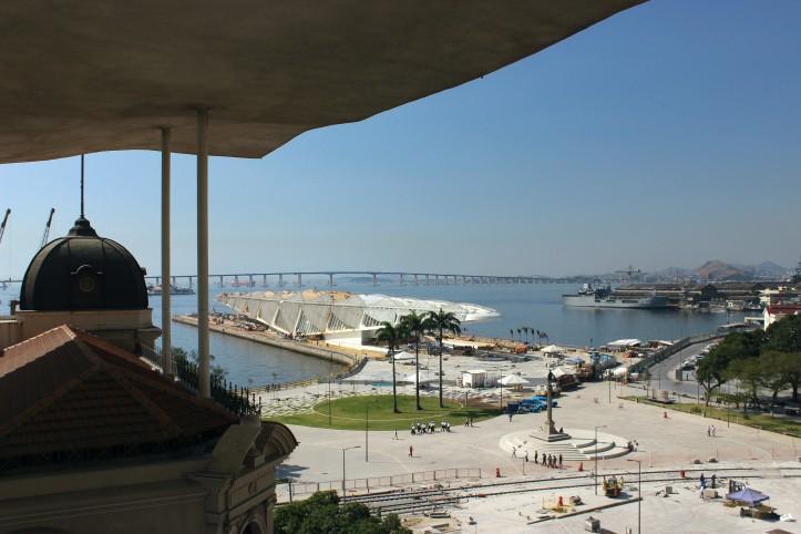 O Museu do Amanhã e a Ponte Rio-Niterói vistos do terraço do MAR