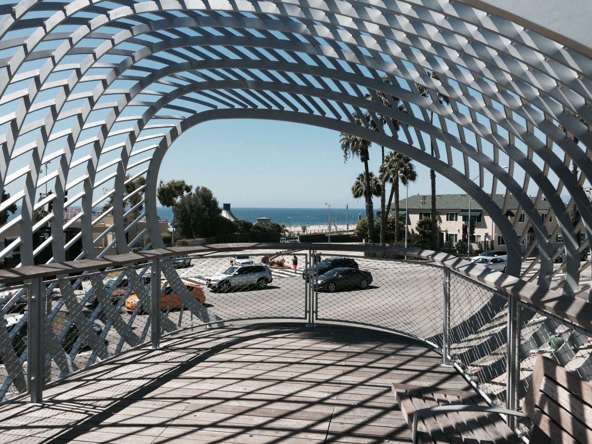Lojas locais e o oceano em Santa Monica