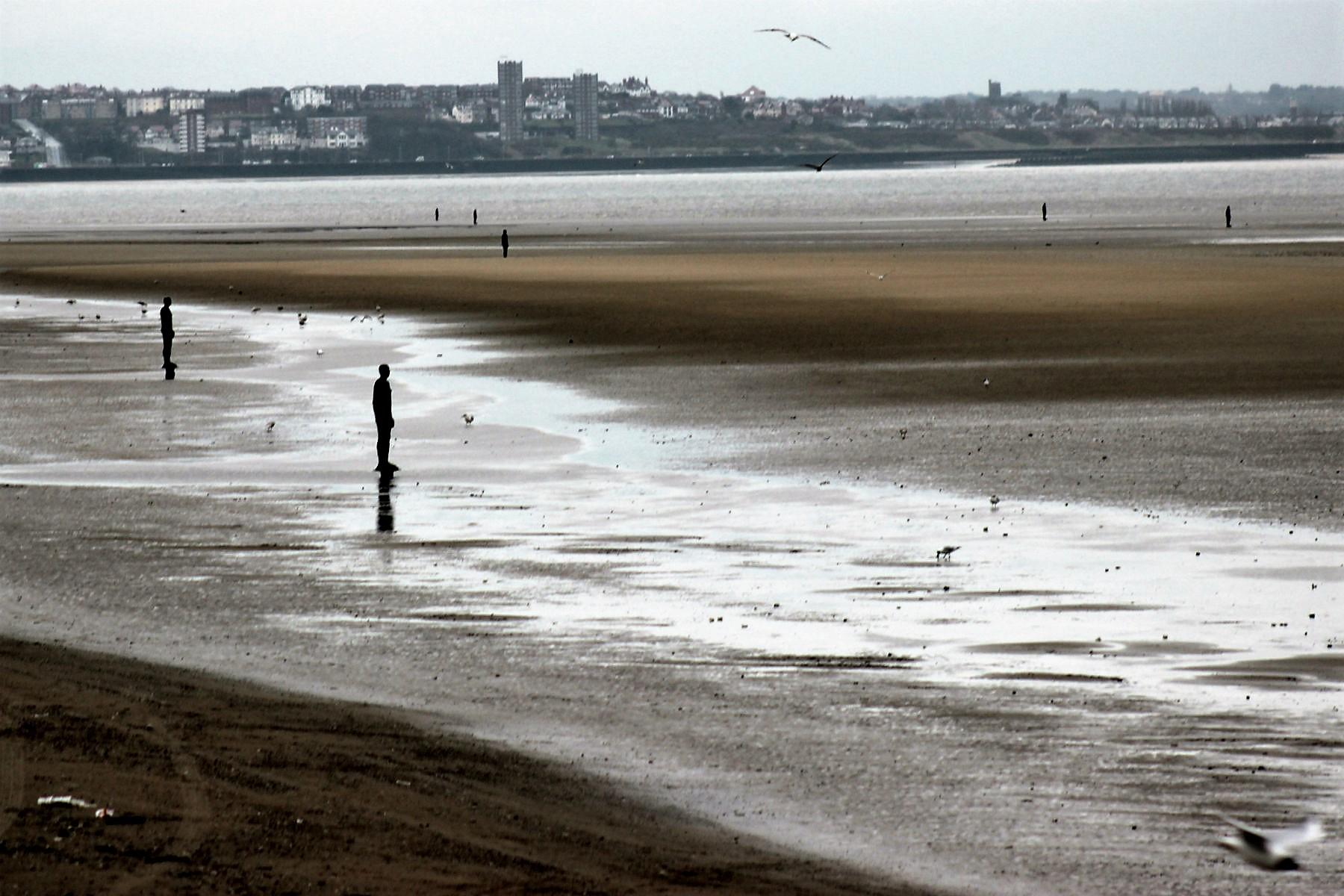 Another Place, instalação de Antony Gormley em Crosby Beach, Liverpool