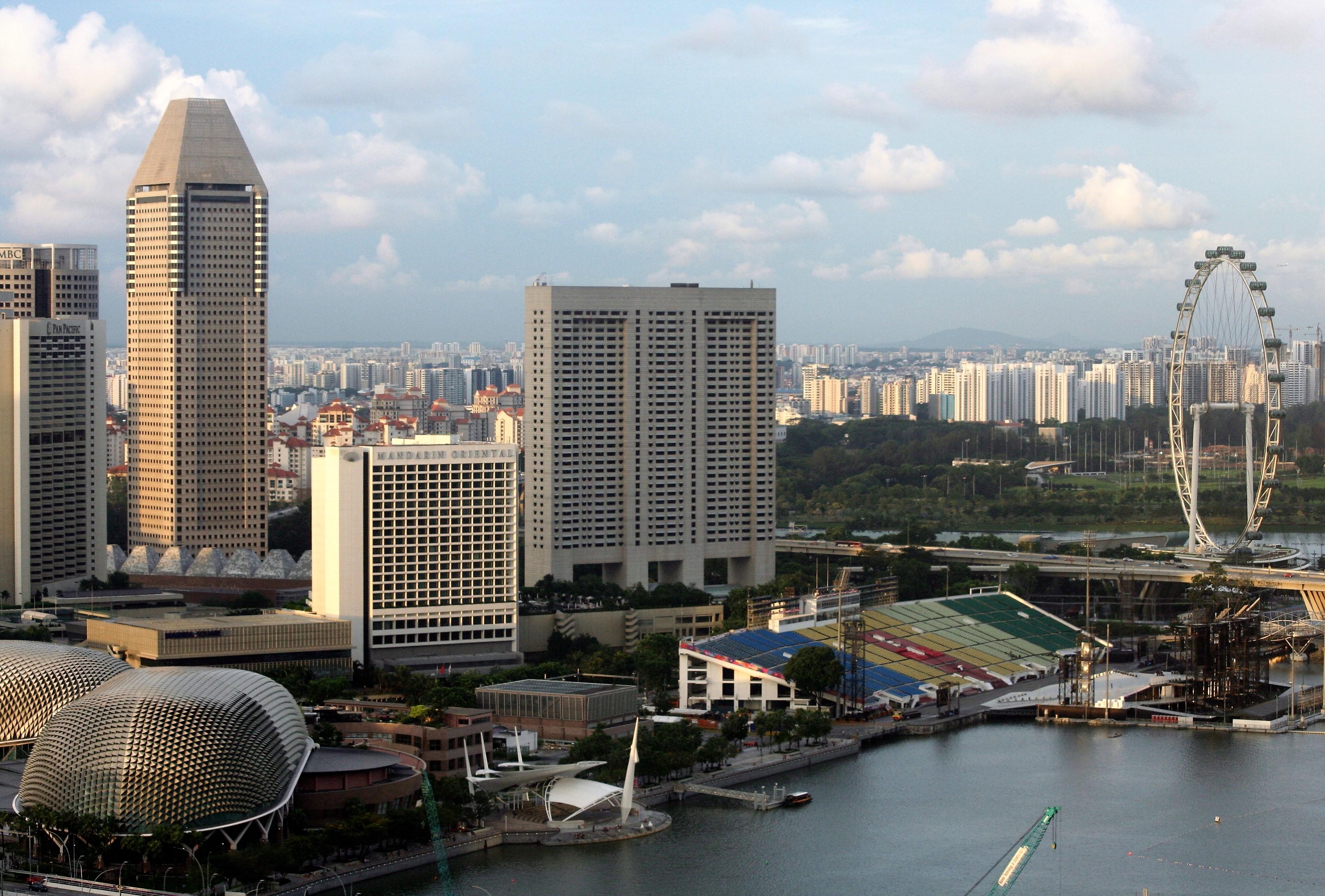 Os teatros da Esplanada (à esquerda), arquibancadas do GP de F1 e a roda-gigante Singapore Flyer